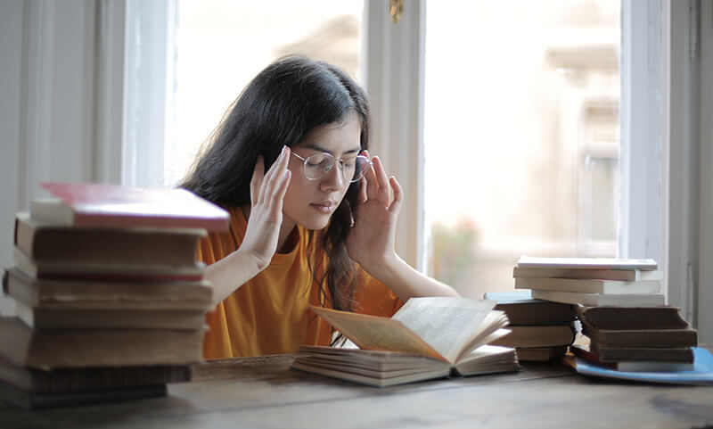 Female student trying to find good argumentative essay topics to use
